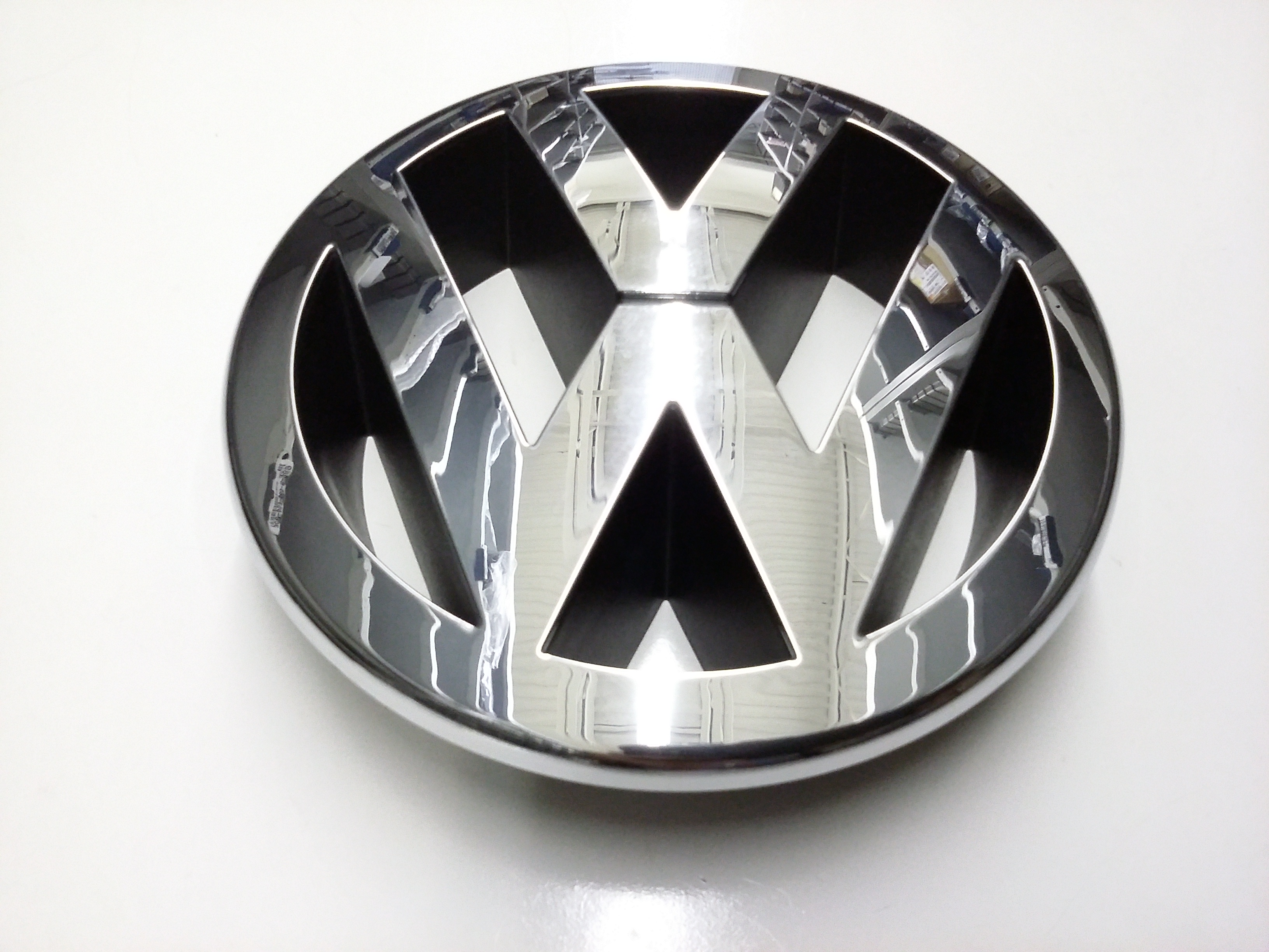 2009 Volkswagen Touareg. #3C0853601CFDY: Emblem. Grille Emblem. Front #5E636D